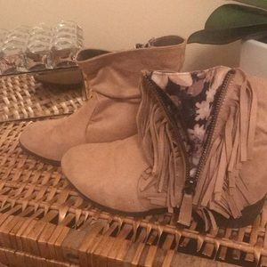 Suede light tan with fringe size 6